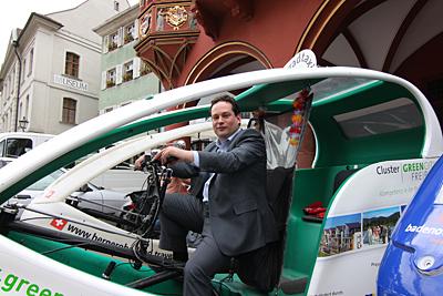 Minister Alexander Bonde im Fahrradtaxi - als Fahrer