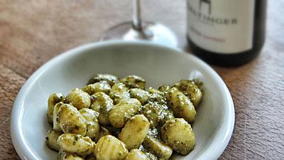 Gnocchi mit selbstgemachtem Pesto und Roter Gutedel