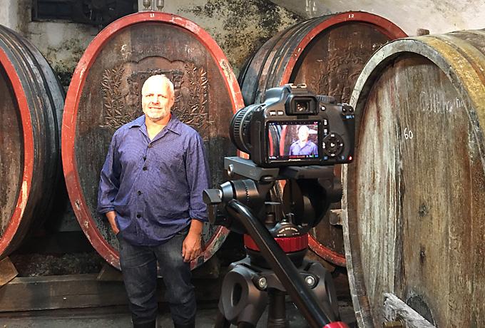 ECOVIN Winzer Günter Kaufmann im Keller seines Weingutes.