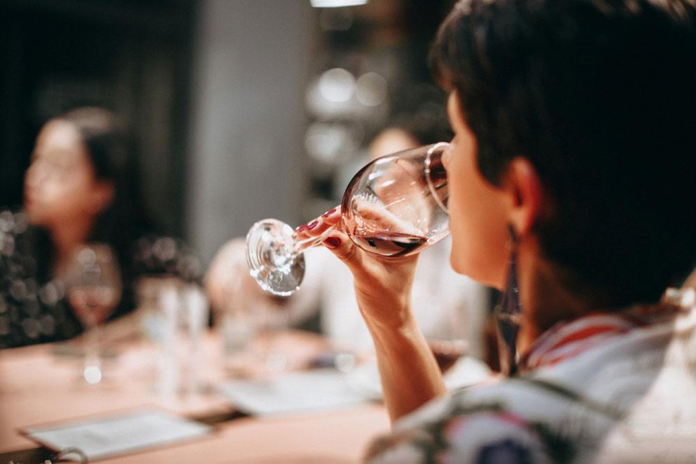 Frauen-Weinprobe